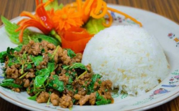 Rice topped with stir-fried pork/chicken with chili & Thai basil